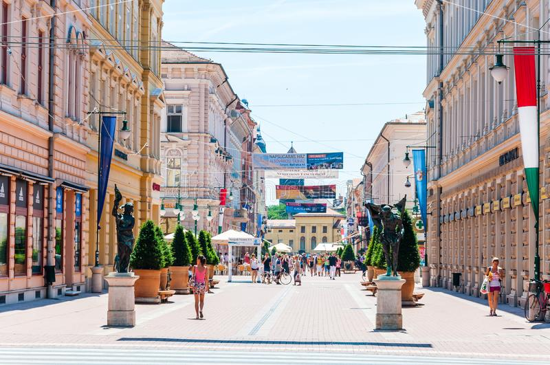 Η οδός Karasz είναι η κύρια, διασημότερη, ελκυστική για τους πεζούς οδός σε Szeged Πολλά τράπεζες, εστιατόρια, φραγμοί, καταστήμα στοκ εικόνα με δικαίωμα ελεύθερης χρήσης