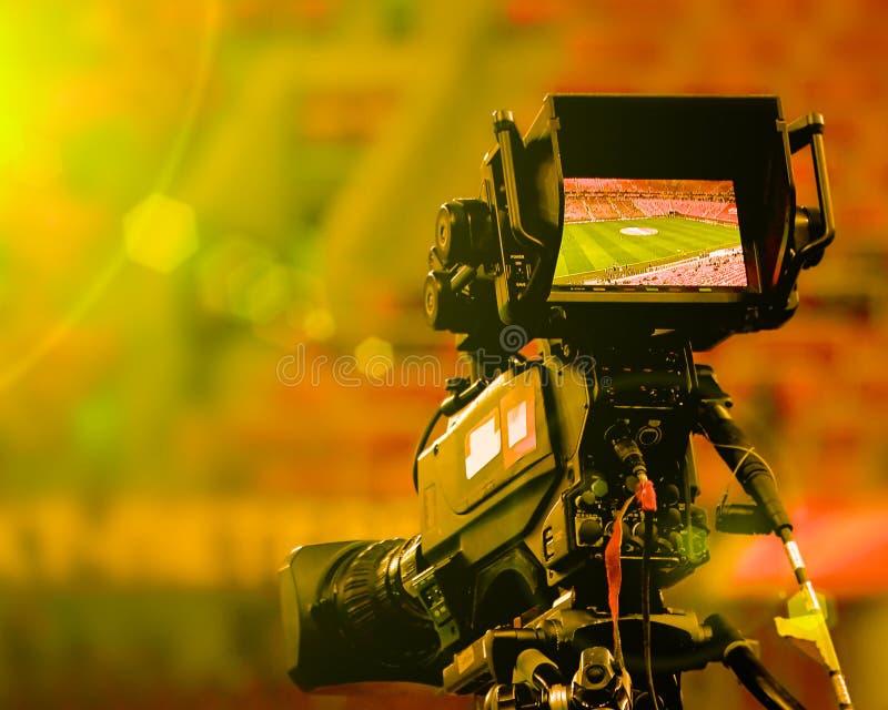 Η οθόνη επίδειξης LCD σε μια υψηλή τηλεοπτική κάμερα καθορισμού με το φωτεινούς ήλιο και το φακό καίγεται τονισμένος στοκ εικόνα
