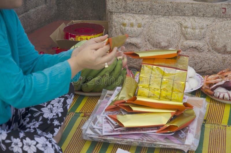 Η οικογένειά μου προετοιμάζεται και διπλώνοντας το έγγραφο κινέζικων ειδώλων ή το έγγραφο χρημάτων για το έγκαυμα στοκ φωτογραφία με δικαίωμα ελεύθερης χρήσης