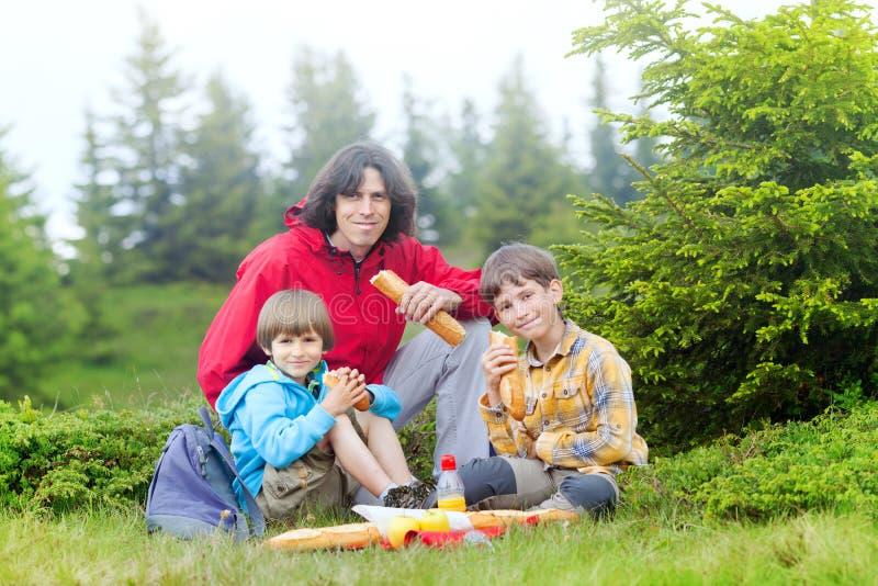 Η οικογένεια έχει το PIC NIC στο δάσος στοκ εικόνες