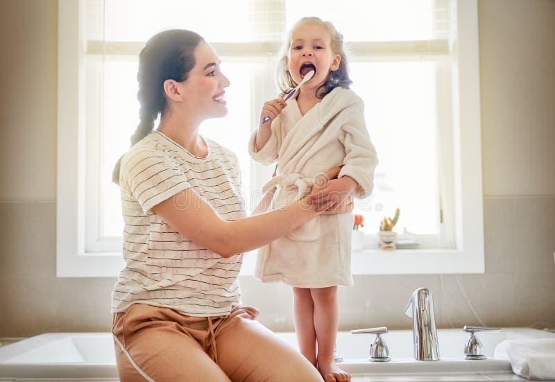 Η οικογένεια βουρτσίζει τα δόντια στοκ εικόνες