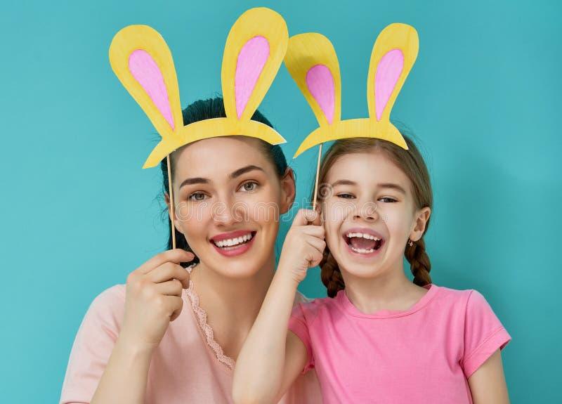 Η οικογένεια γιορτάζει Πάσχα στοκ φωτογραφία με δικαίωμα ελεύθερης χρήσης