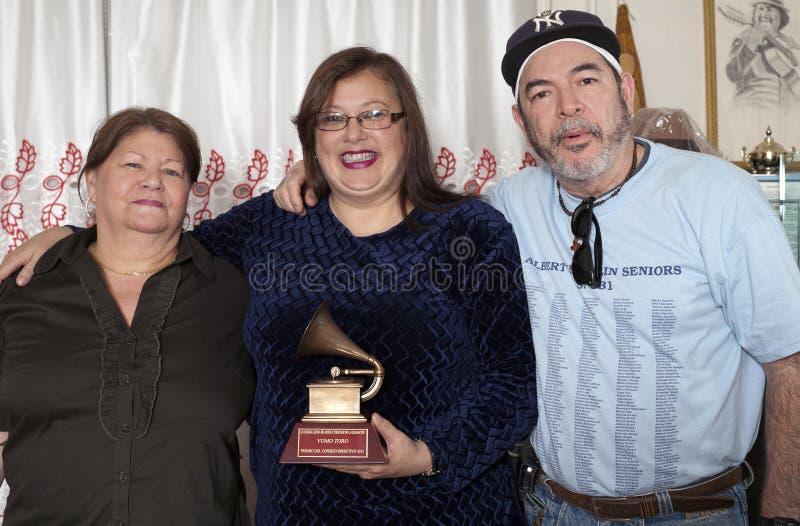 Η οικογένεια ενώνει για να θυμηθεί Yomo Toro στοκ φωτογραφία