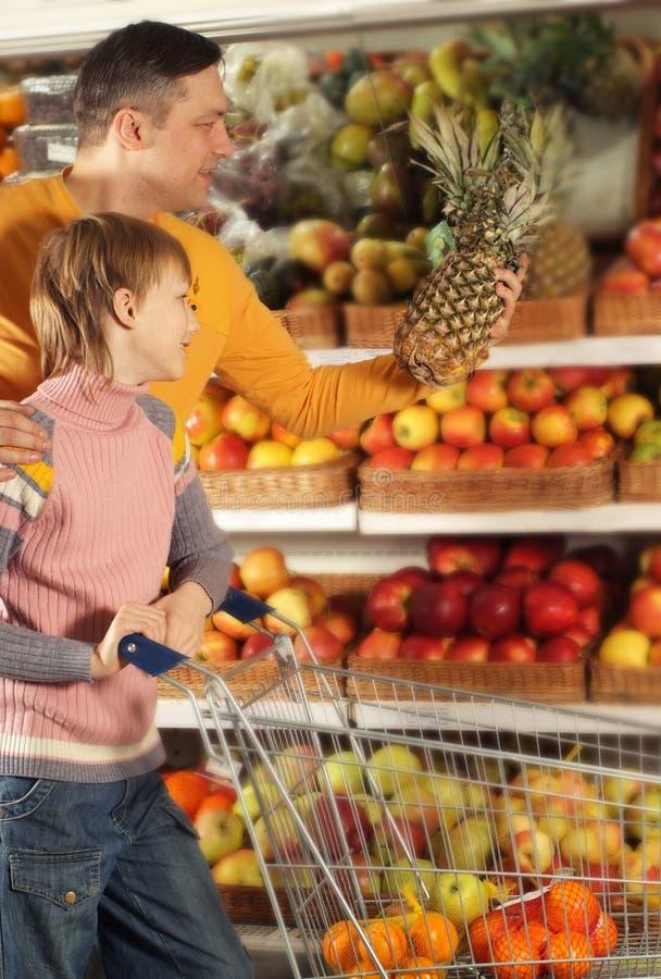 Download Η οικογένεια επιλέγει τα προϊόντα στο κατάστημα Στοκ Εικόνες - εικόνα από κατανάλωση, leisure: 62722108