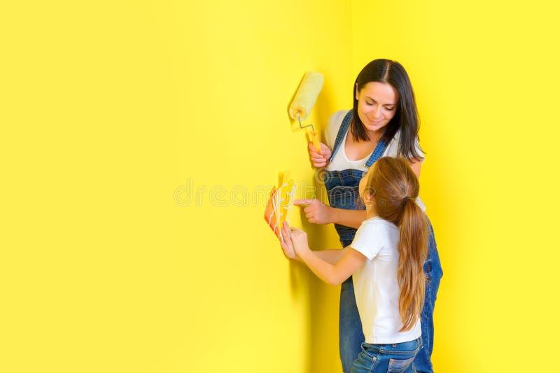 Η οικογένεια κάνει τις επισκευές στο σπίτι, χρωματίζοντας τους τοίχους στοκ φωτογραφίες με δικαίωμα ελεύθερης χρήσης