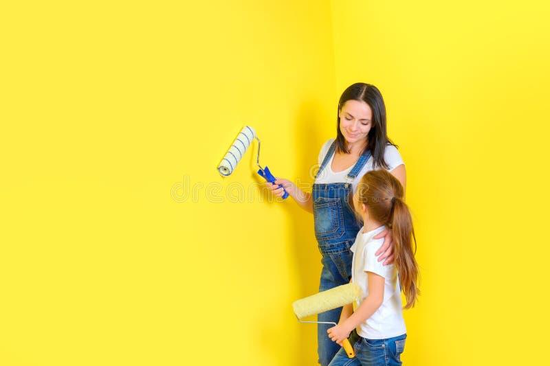 Η οικογένεια κάνει τις επισκευές στο σπίτι, χρωματίζοντας τους τοίχους στοκ φωτογραφία με δικαίωμα ελεύθερης χρήσης