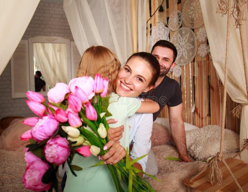 Η οικογένεια κάνει το δόσιμο αιφνιδιαστικών μητέρων παρουσιάζει των λουλουδιών στοκ φωτογραφίες με δικαίωμα ελεύθερης χρήσης