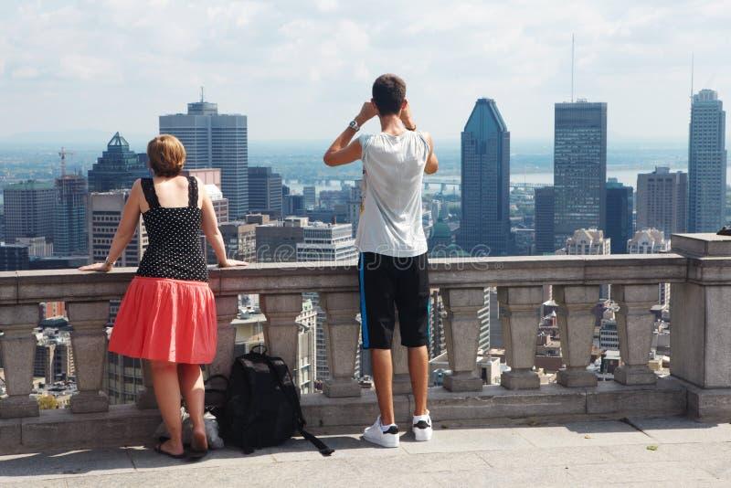 Η οικογένεια και οι ουρανοξύστες στοκ φωτογραφία με δικαίωμα ελεύθερης χρήσης