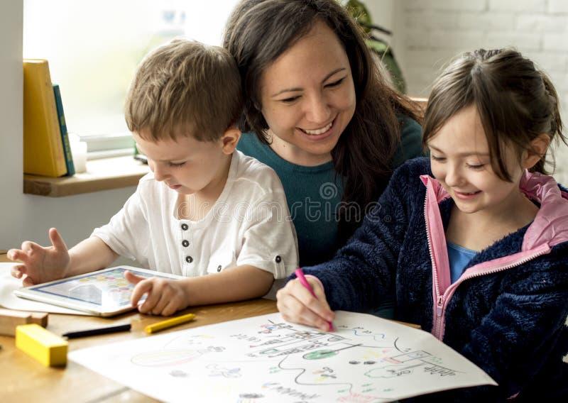 Η οικογένεια ξοδεύει την ενότητα διακοπών χρονικής ευτυχίας στοκ φωτογραφία