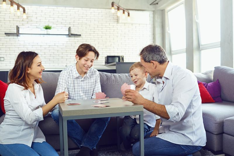 Η οικογένεια παίζει τα επιτραπέζια παιχνίδια μέσα στο δωμάτιο στοκ φωτογραφίες με δικαίωμα ελεύθερης χρήσης