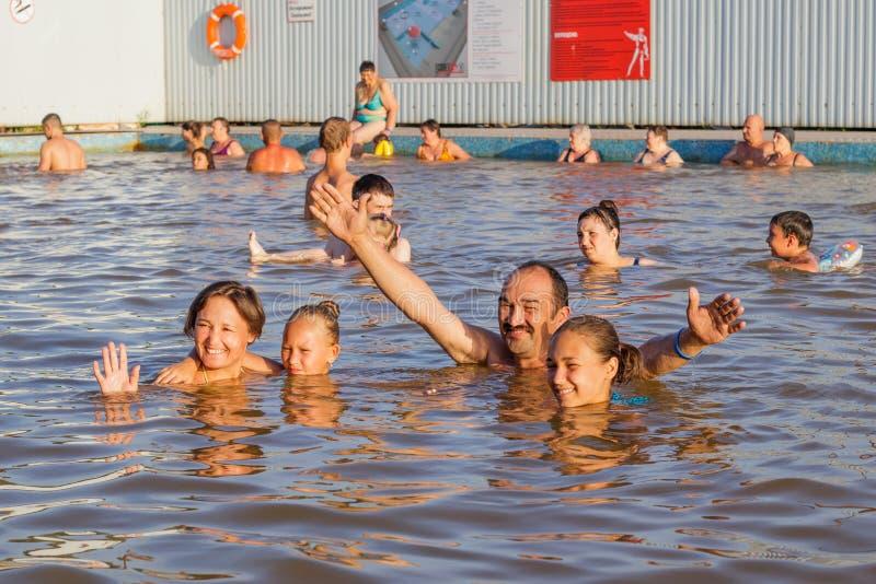 Η οικογένεια παίρνει τα λουτρά wellness στη θερμική λίμνη στοκ φωτογραφία με δικαίωμα ελεύθερης χρήσης