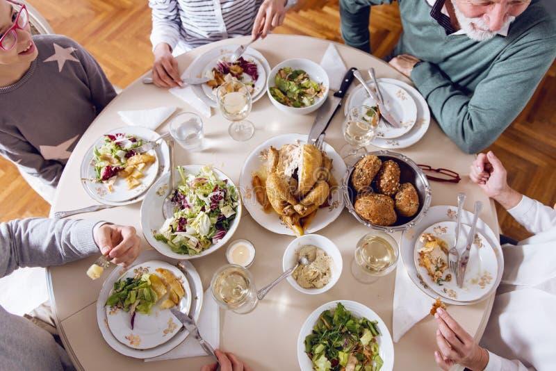 Η οικογένεια σύλλεξε πέρα από τις διακοπές Χριστουγέννων, γιορτάζοντας, έχοντας το μεσημεριανό γεύμα στοκ φωτογραφία με δικαίωμα ελεύθερης χρήσης