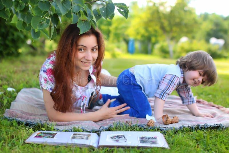 Η οικογένεια υπαίθρια βάζει τη χλόη στοκ εικόνες