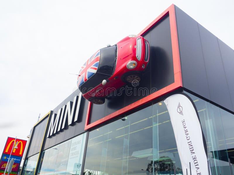 Η οικοδόμηση προσόψεων της αίθουσας εκθέσεως αυτοκινήτων του Mini Cooper, είναι ένα μικρό αυτοκίνητο οικονομίας που παράγεται από στοκ φωτογραφία με δικαίωμα ελεύθερης χρήσης