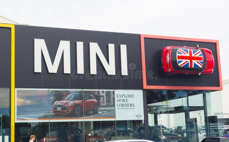 Η οικοδόμηση προσόψεων της αίθουσας εκθέσεως αυτοκινήτων του Mini Cooper, είναι ένα μικρό αυτοκίνητο οικονομίας που παράγεται από στοκ φωτογραφίες με δικαίωμα ελεύθερης χρήσης