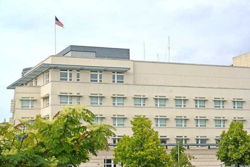 Η οικοδόμηση της πρεσβείας των Ηνωμένων Πολιτειών της Αμερικής στο Βερολίνο Γερμανία στοκ φωτογραφία