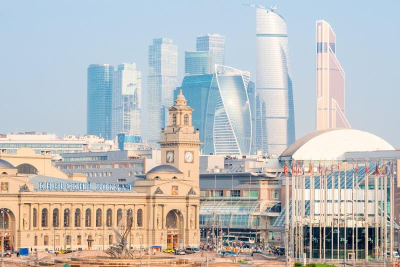 Η οικοδόμηση του σιδηροδρομικού σταθμού του Κίεβου της Μόσχας και των ψηλών ουρανοξυστών στοκ εικόνες με δικαίωμα ελεύθερης χρήσης
