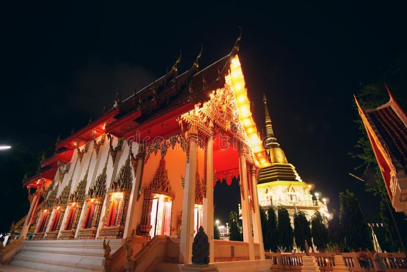 Η οικοδόμηση του βουδιστικού ναού τη νύχτα phuket Ταϊλάνδη στοκ φωτογραφίες
