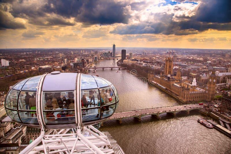η οικοδόμηση του σύγχρονου ποταμού του Λονδίνου τοπίων ακτών εικονικής παράστασης πόλης εμφανίζει Τάμεση στοκ εικόνες