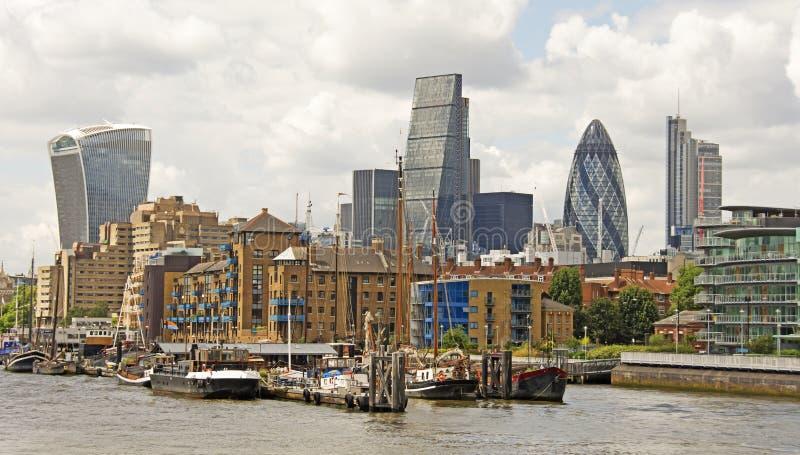 η οικοδόμηση του σύγχρονου ποταμού του Λονδίνου τοπίων ακτών εικονικής παράστασης πόλης εμφανίζει Τάμεση στοκ εικόνες με δικαίωμα ελεύθερης χρήσης