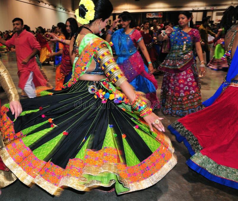 Η ομάδα ανδρών και οι γυναίκες χορεύουν στη δράση Απολαμβάνοντας το ινδό φεστιβάλ της φθοράς Navratri Garba παραδοσιακής καταναλώ στοκ εικόνες