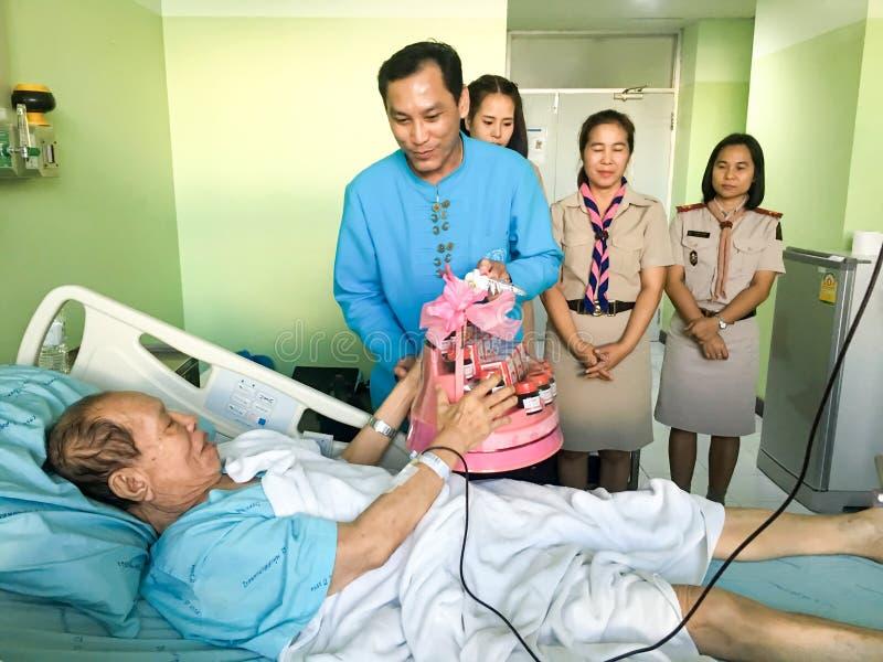 Η ομάδα ανθρώπων ενθαρρύνει τον ασθενή στο νοσοκομείο στοκ φωτογραφία με δικαίωμα ελεύθερης χρήσης