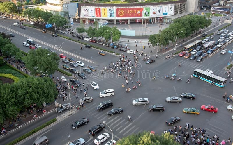 Η ομάδα ανθρώπων που διασχίζει μια υψηλή λεωφόρο κυκλοφορίας στην πόλη είναι στοκ φωτογραφία με δικαίωμα ελεύθερης χρήσης