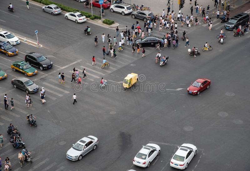 Η ομάδα ανθρώπων που διασχίζει μια υψηλή λεωφόρο κυκλοφορίας στην πόλη είναι στοκ εικόνες