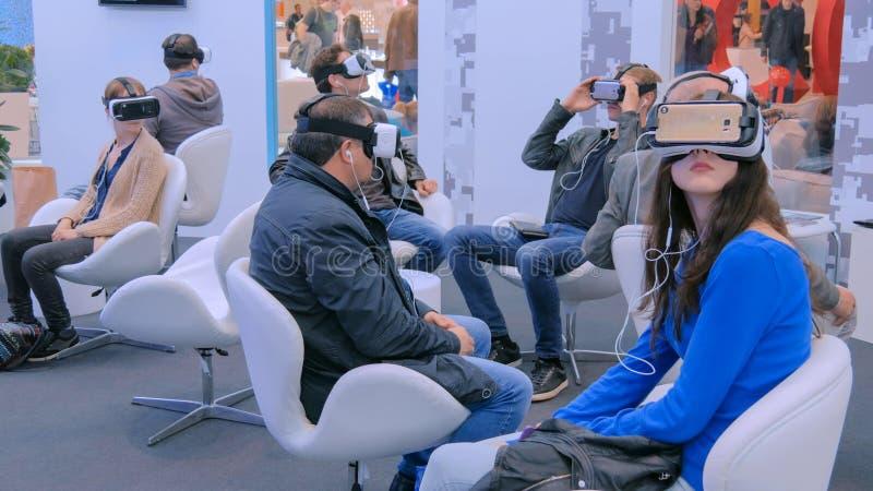 Η ομάδα ανθρώπων που χρησιμοποιεί την κάσκα εικονικής πραγματικότητας στην τεχνολογία παρουσιάζει στοκ εικόνες