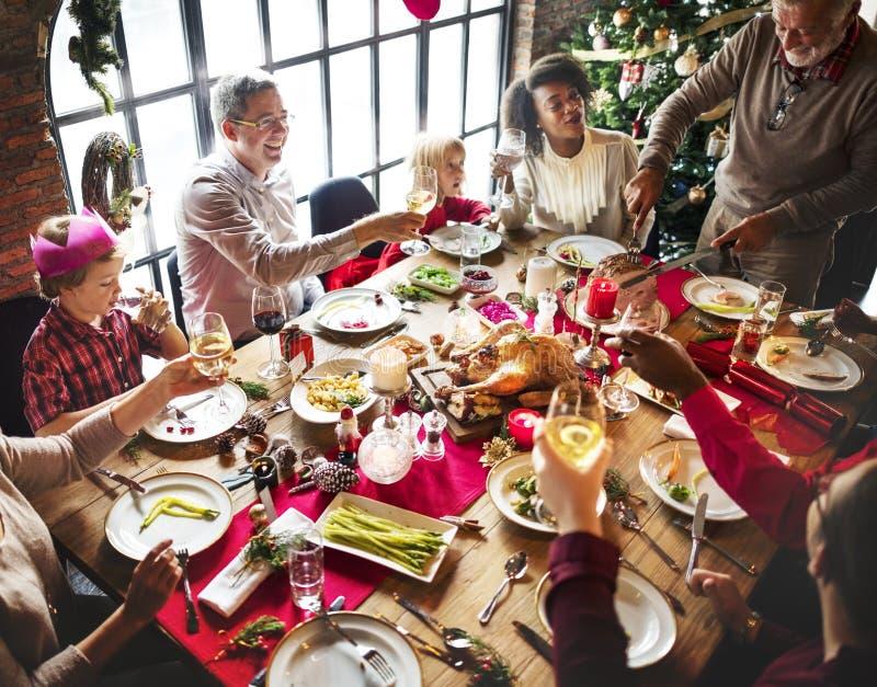 Η ομάδα διαφορετικών ανθρώπων συλλέγει για τις διακοπές Χριστουγέννων στοκ εικόνα