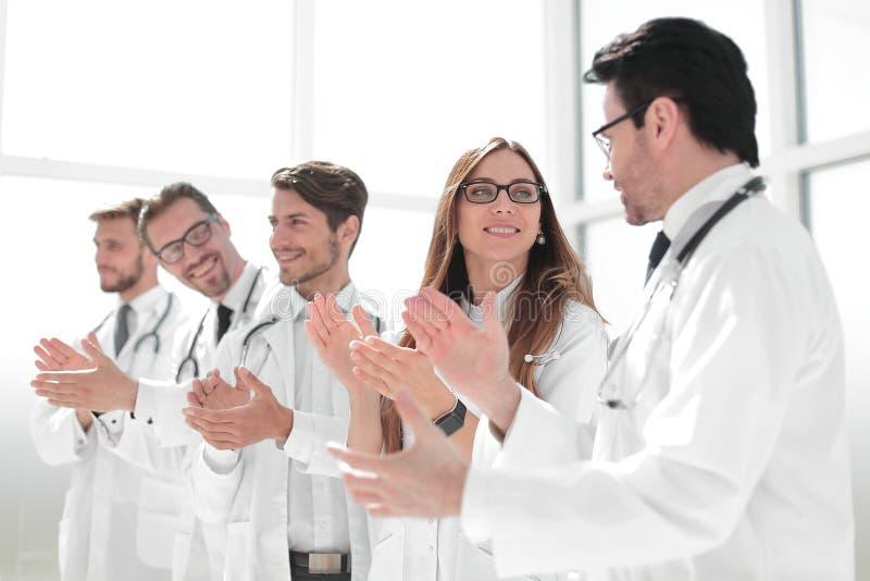 Η ομάδα επιτυχών γιατρών επιδοκιμάζει στοκ εικόνα με δικαίωμα ελεύθερης χρήσης