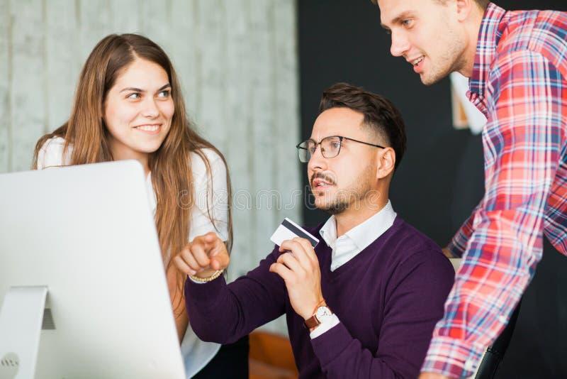Η ομάδα επιχειρηματιών κάνει να ψωνίσει on-line στο γραφείο στοκ φωτογραφία με δικαίωμα ελεύθερης χρήσης
