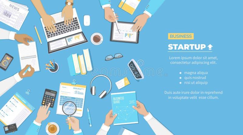 Η ομάδα επιχειρηματιών συζητά το ξεκίνημα προγράμματος, επένδυση, στοιχεία ανάλυσης συμφωνίας οικονομικού σχεδιασμού, επιτυχία πρ ελεύθερη απεικόνιση δικαιώματος