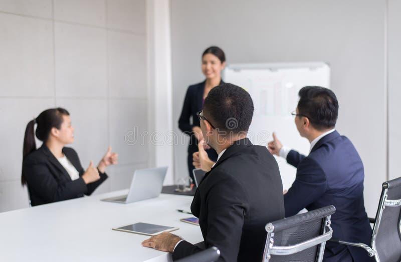 Η ομάδα επιχειρηματιών tumb επάνω δίνει στον ομιλητή μετά από τη συνεδρίαση, την παρουσίαση επιτυχίας και το σεμινάριο προγύμναση στοκ φωτογραφίες