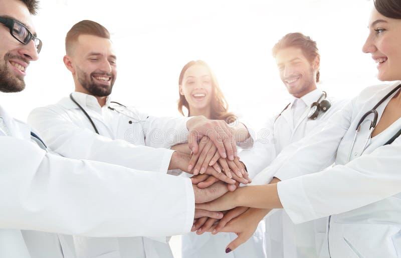 Η ομάδα ιατρικών οικότροφων παρουσιάζει ενότητά τους στοκ εικόνες