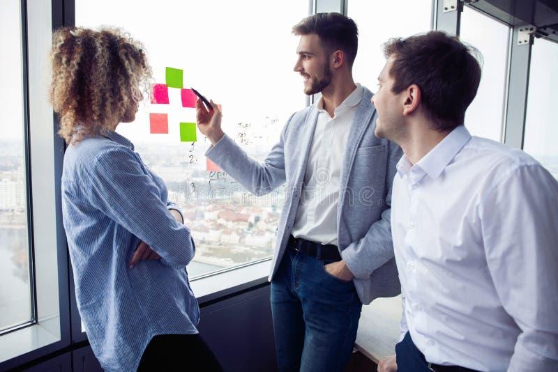 Η ομάδα νέων επιχειρηματιών ψάχνει μια επιχειρησιακή λύση κατά τη διάρκεια της διαδικασίας εργασίας στο γραφείο Συνάντηση επιχειρ στοκ φωτογραφία