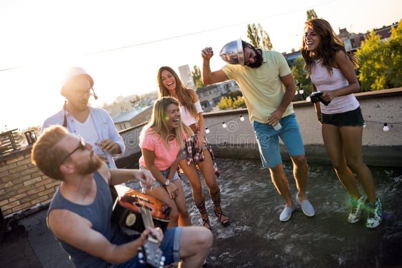 Η ομάδα ξένοιαστων φίλων που χορεύουν έχει τη διασκέδαση το καλοκαίρι στοκ φωτογραφίες με δικαίωμα ελεύθερης χρήσης