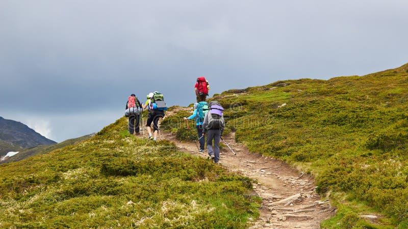Η ομάδα οδοιπόρων που περπατούν στα βουνά στοκ εικόνα με δικαίωμα ελεύθερης χρήσης