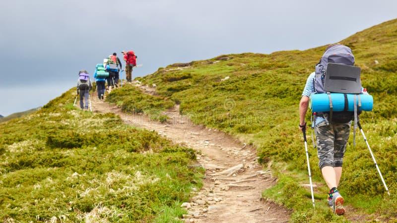 Η ομάδα οδοιπόρων που περπατούν στα βουνά στοκ φωτογραφίες