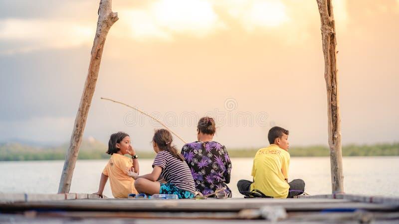 Η ομάδα οικογένειας έχει την ψύχρα με φυσικό στοκ εικόνες με δικαίωμα ελεύθερης χρήσης