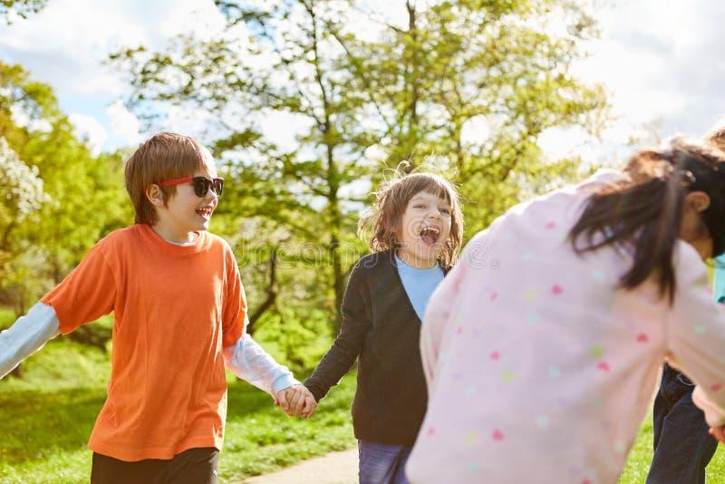 Η ομάδα παιδιών έχει τη διασκέδαση στα γενέθλια παιδιών στοκ φωτογραφία