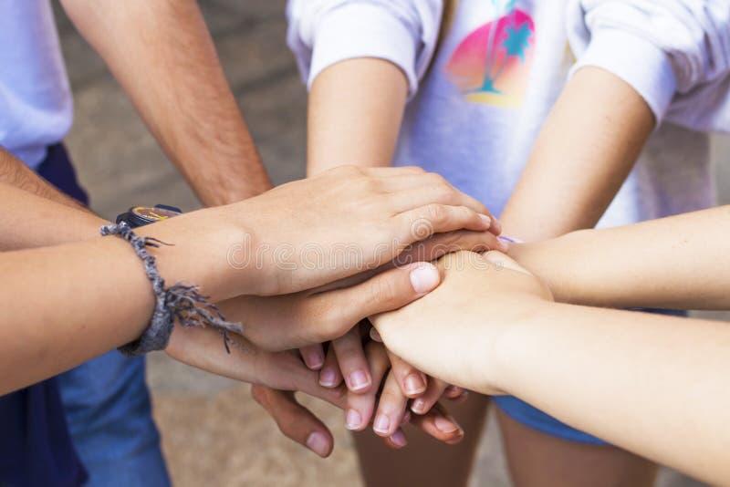 Η ομάδα φίλων δίνει συσσωρευμένος και από κοινού στοκ εικόνες με δικαίωμα ελεύθερης χρήσης