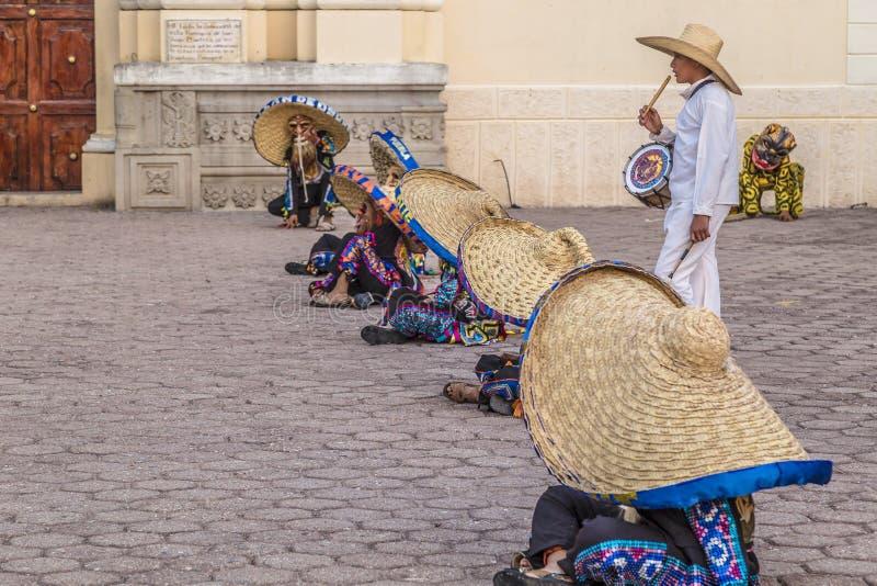 Η ομάδα χορού Tecuanes, σε αυτό το χορό, οι φυλές Chichimeca και Zapotec ενώνουν τις δυνάμεις τους για να νικήσουν την τίγρη ή τε στοκ φωτογραφίες
