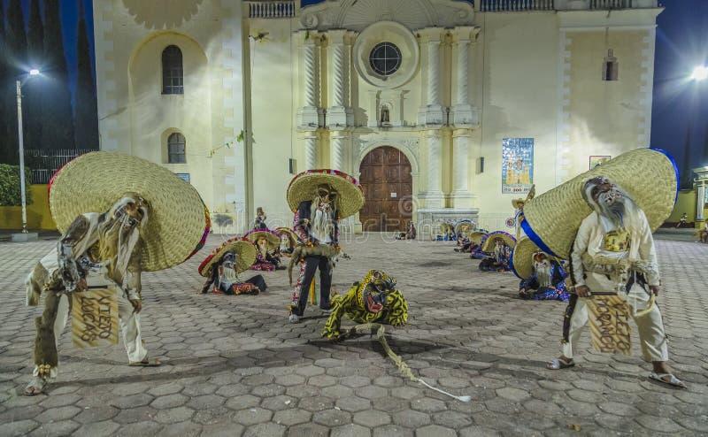 Η ομάδα χορού Tecuanes, σε αυτό το χορό, οι φυλές Chichimeca και Zapotec ενώνουν τις δυνάμεις τους για να νικήσουν την τίγρη ή τε στοκ εικόνα