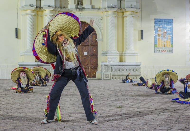 Η ομάδα χορού Tecuanes, σε αυτό το χορό, οι φυλές Chichimeca και Zapotec ενώνουν τις δυνάμεις τους για να νικήσουν την τίγρη ή τε στοκ εικόνες