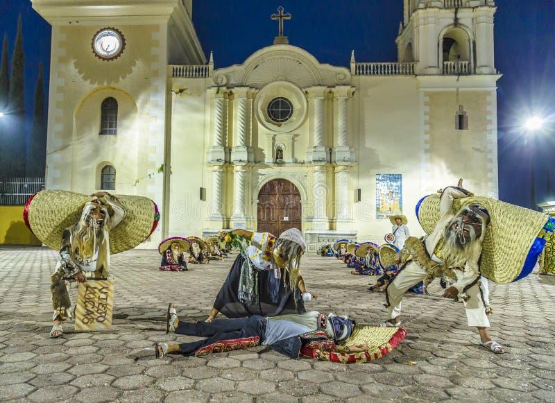 Η ομάδα χορού Tecuanes, σε αυτό το χορό, οι φυλές Chichimeca και Zapotec ενώνουν τις δυνάμεις τους για να νικήσουν την τίγρη ή τε στοκ φωτογραφίες με δικαίωμα ελεύθερης χρήσης