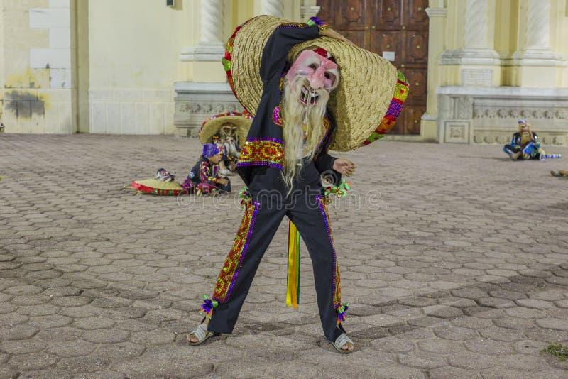 Η ομάδα χορού Tecuanes, σε αυτό το χορό, οι φυλές Chichimeca και Zapotec ενώνουν τις δυνάμεις τους για να νικήσουν την τίγρη ή τε στοκ φωτογραφία με δικαίωμα ελεύθερης χρήσης