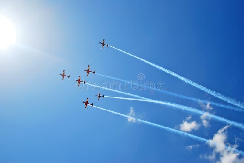 Η ομάδα Aerobatic εκτελεί την πτήση στον αέρα παρουσιάζει στοκ φωτογραφία
