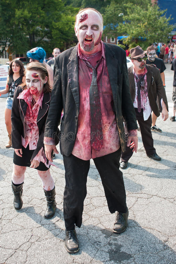 Η ομάδα αιματηρού Zombies τρικλίζει εμπρός στο μπαρ της Ατλάντας σέρνεται στοκ φωτογραφίες με δικαίωμα ελεύθερης χρήσης