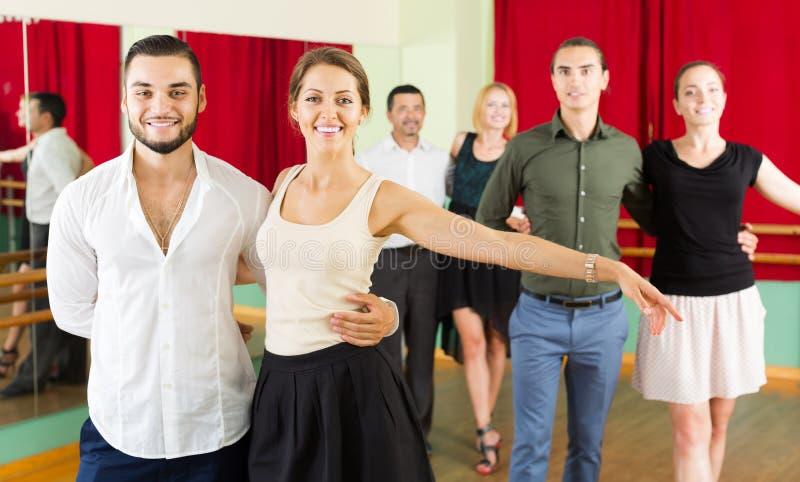 Η ομάδα ανθρώπων έχει τη διασκέδαση ενώ βαλς χορού στοκ φωτογραφία